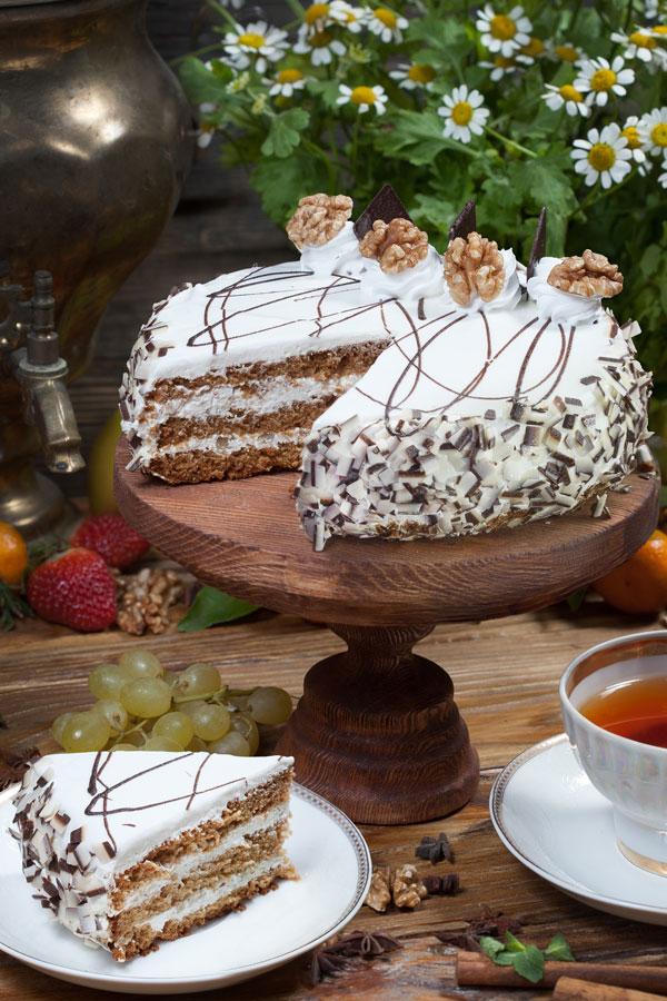 торт Домашний сметанник медовый с грецким орехом
